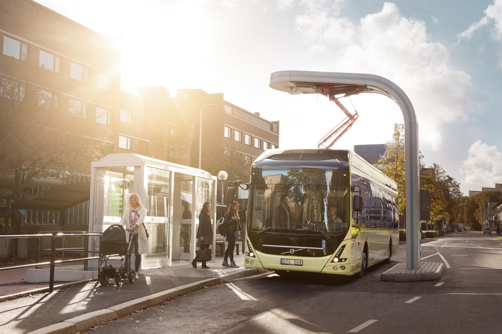 Volvo 7900 Electric Charging_at_bus_stop