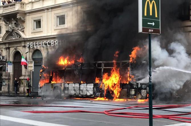 autobus fuoco roma - Autobus Atac a fuoco