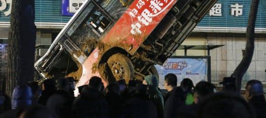 autobus incidente voragine